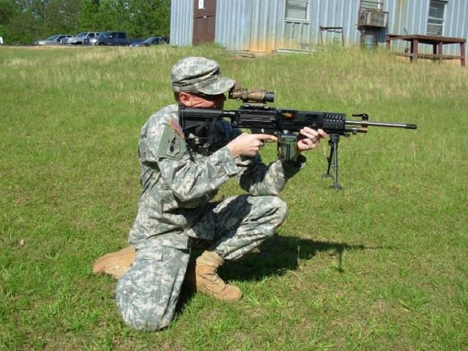 Το ελαφρύ πολυβόλο του προγράμματος LSAT έχει πετύχει σημαντικές βελτιώσεις όσον αφορά το βάρος τόσο για το ίδιο το όπλο όσο κυρίως για τα πυρομαχικά