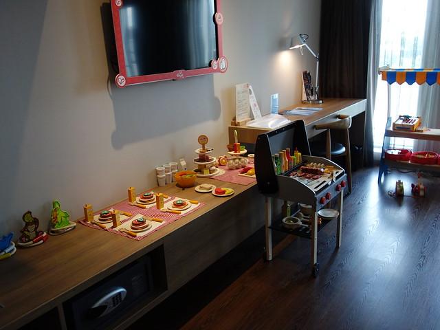 一進門就讓小麋鹿哇個不停的廚房遊戲組@捷絲旅高雄中正館HAPE主題家庭遊戲房