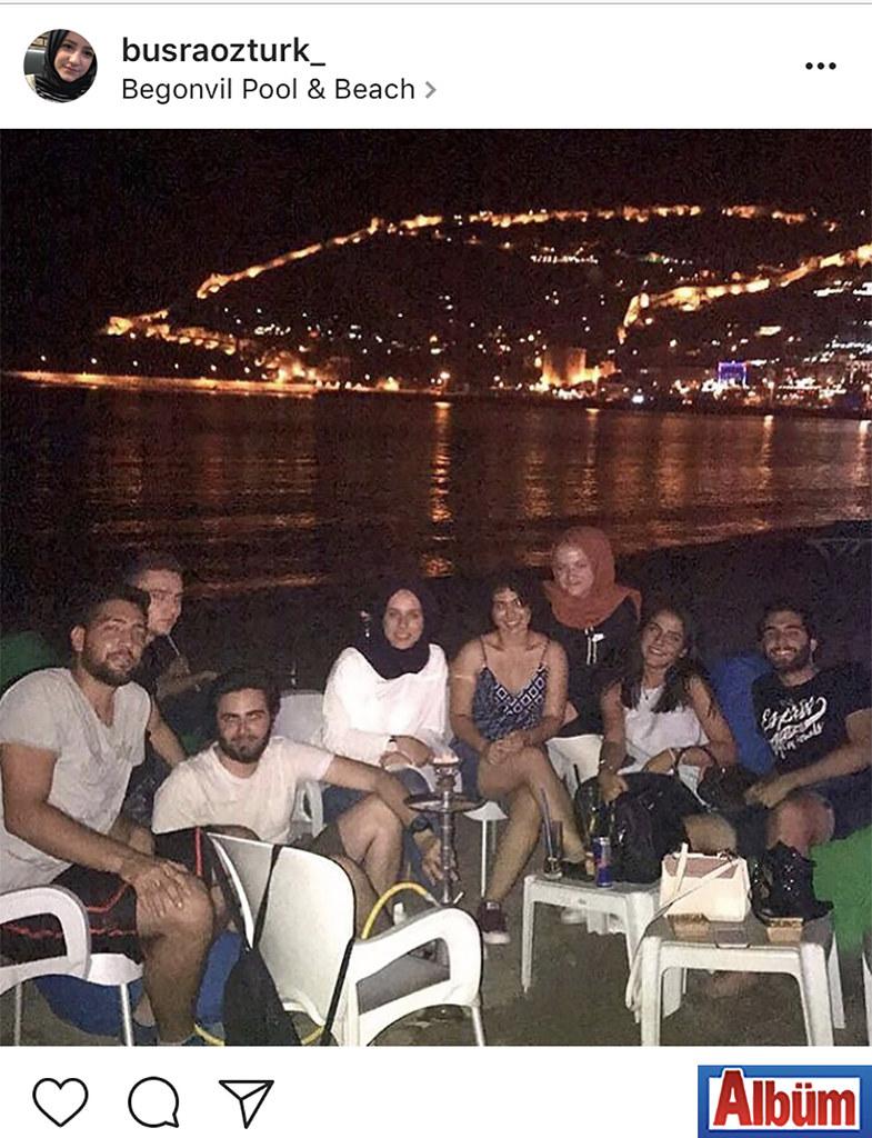 Büşra Öztürk, lise arkadaşlarıyla birlikte Begonvil Pool & Beach'te keyifli bir akşam geçirdi.