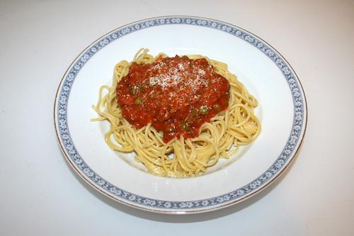 02 - Spaghetti with minced meatpeas tomato sauce - Served / Spaghetti mit Hackfleisch-Erbsen-Tomatensauce -  Serviert
