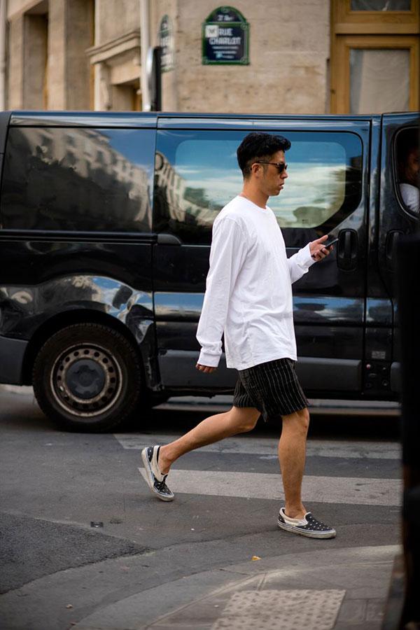 白ロングTシャツ×黒ストライプショートパンツ×黒白コンビスリッポン
