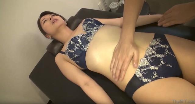 Chồng dẫn vợ đi massage yoni để thư giãn địt luôn anh nhân viên