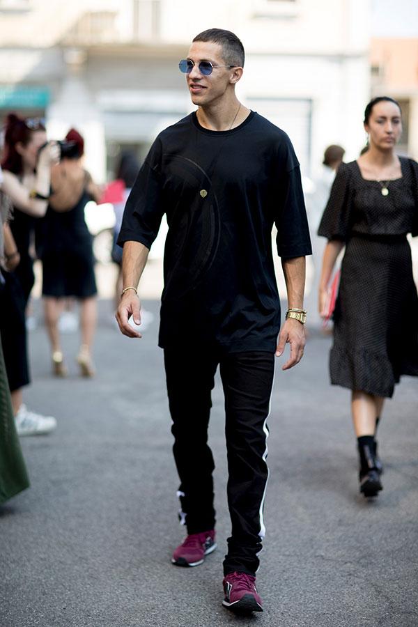黒七分袖Tシャツ×黒サイドラインパンツ×ニューバランススニーカー紫