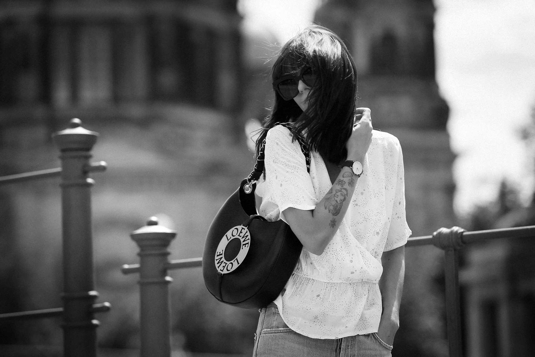 outfit berlin dom museumsinsel denim white blouse parisienne mbym jeanne damas style bangs brunette chic look outfitblogger breuninger loewe joyce bag mcm sunglasses summer german fashion blogger cats & dogs modeblog ricarda schernus max bechmann foto 2