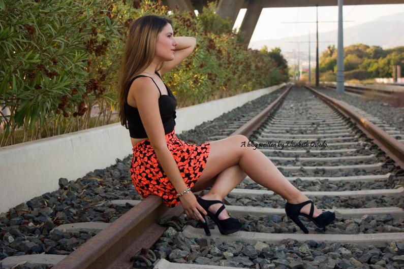falda estampado flúor tacones negros marypaz heelsandroses elisabeth oviedo blogger barcelona malagueña (1