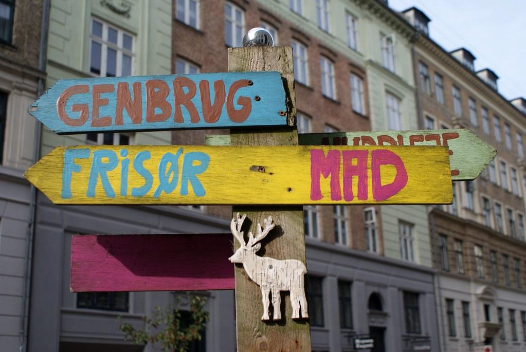 Pancartes directionnelles colorées dans le quartier de Norrebro à Copenhague.