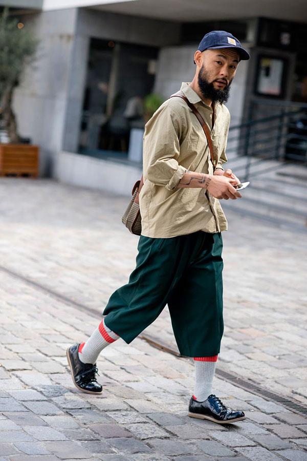 カーハート紺キャップ×アイボリーシャツ×緑7分丈パンツ×黒ダービーシューズ