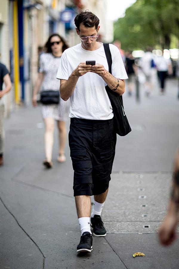 白無地Tシャツ×黒ハーフパンツ×黒スニーカー