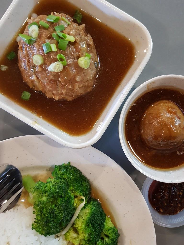 獅子頭飯 Lion's Head Rice $9 奶茶 TehC $2.60 @ 港飲港吃美食坊 Kong Yam Kong Sek Food Court Center Point Bandar Utama