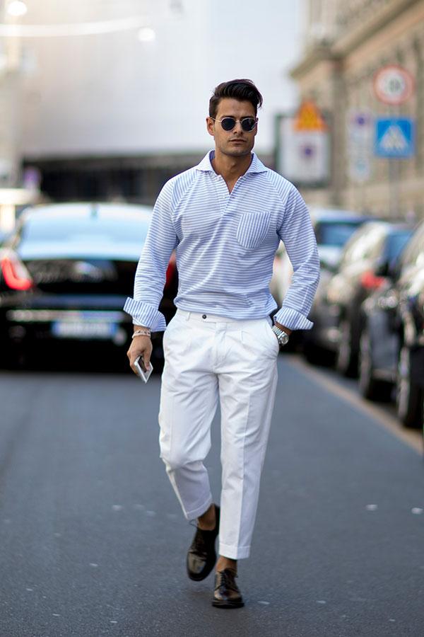 青白ボーダーシャツ×白スラックス×黒ダービーシューズ