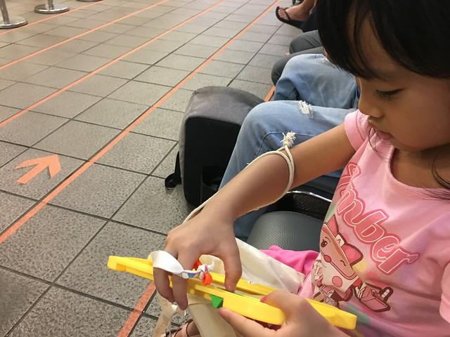 在台北車站等高鐵,先坐下來用磁鐵畫板畫畫圖