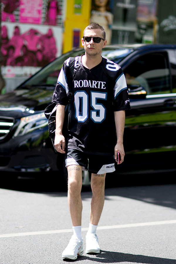 RODARTE黒Tシャツ×黒ショートパンツ×Nikeエアマックス プラス QS白