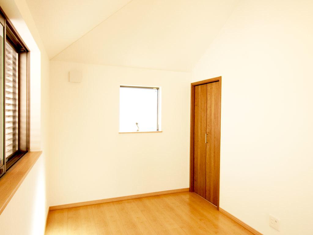 2階居室・奥の窓側