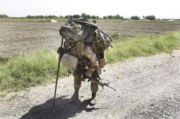 Αμερικανός Πεζοναύτης (Ολμιστής) σχεδόν καταρρέει κάτω από τα 70 και πλέον κιλά του φόρτου του. Οι χειριστές βαρέων όπλων έχουν ένα πολύ δύσκολο έργο όπου η σωματική ρώμη πρέπει να είναι πάνω από τον μέσο όρο για να το φέρουν εις πέρας και είναι απορίας άξιο πώς ο Ελληνικός Στρατός έχει εισάγει στις τάξεις του τόσο μεγάλο αριθμό γυναικών σε μάχιμες θέσεις.