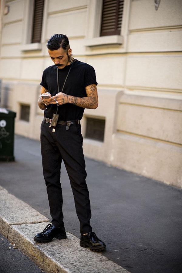 黒無地Tシャツ×黒パンツ×黒ローカットブーツ