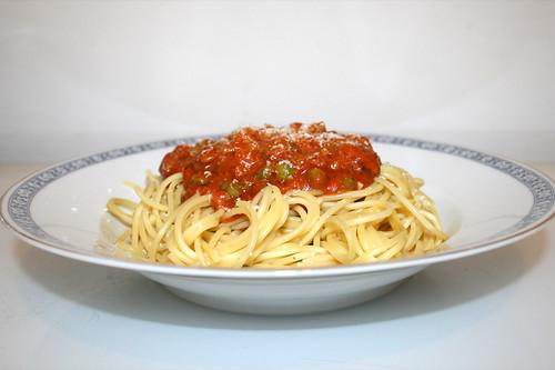 03 - Spaghetti with minced meatpeas tomato sauce - Side view / Spaghetti mit Hackfleisch-Erbsen-Tomatensauce -  Seitenansicht