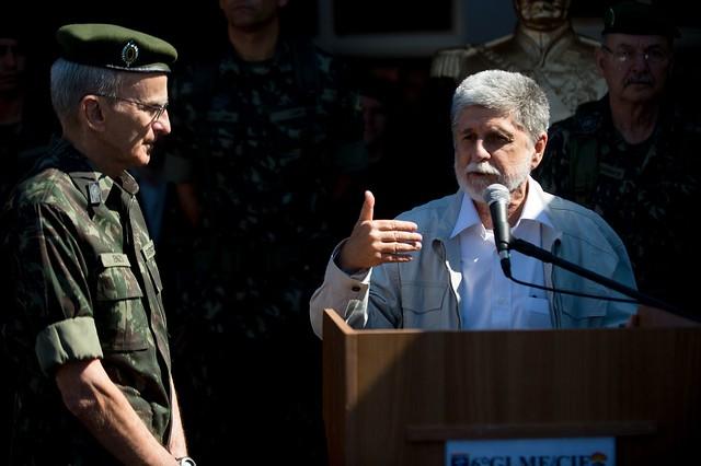 Celso Amorim, à direita, foi ministro da Defesa no governo Dilma entre 2011 a 2015. - Créditos: Marcelo Camargo/ Agência Brasil