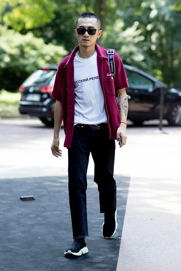 エンジ半袖シャツ×白Tシャツ×ブラックジーンズ×バレンシアガ スピードトレーナー