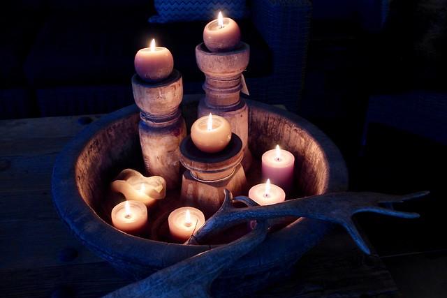 Olijfbak met kaarsen
