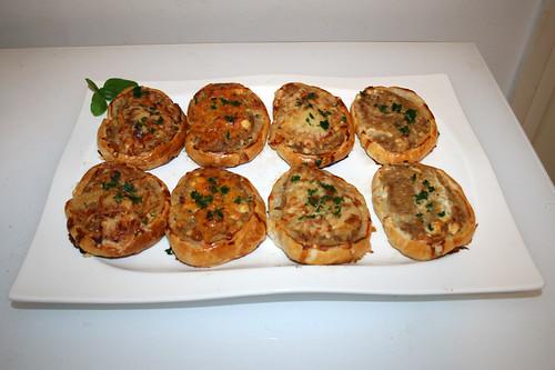 32 - Ground meat puff pastry roll - Served / Hackfleisch-Blätterteig-Schnitten - Serviert