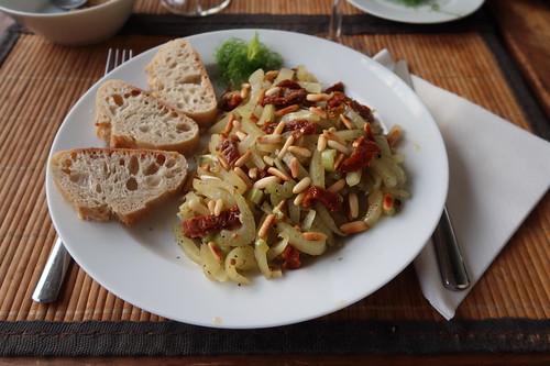 Fenchel mit Pinienkernen und getrockneten Tomaten (mein Teller)