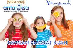 kids eating healthy fresh fruit diet concept
