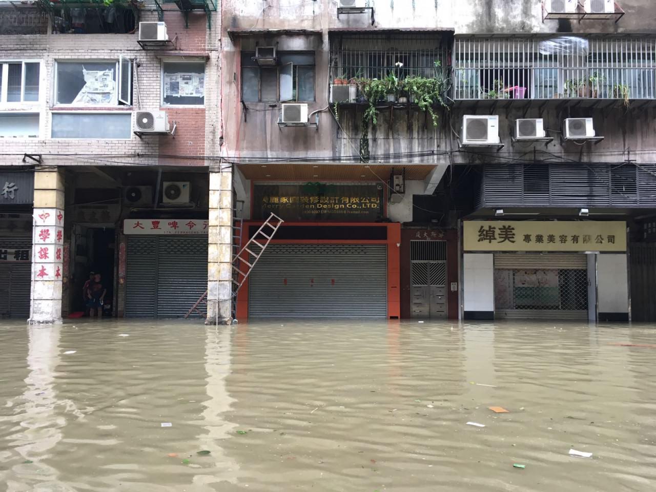 澳門多區域水浸嚴重,有地舖商戶直指貨物損失慘重,「慘過被打劫。」(澳門特約記者攝)
