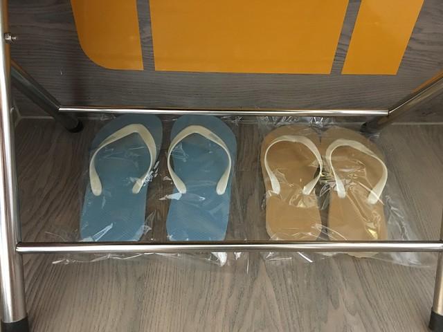 預設給兩雙拖鞋,男用女用各一,浴衣也是,要更換要找房務(可是 check-in 時應該就知道我們性別?總覺得沒先幫忙換過很妙)@宜蘭捷絲旅礁溪館