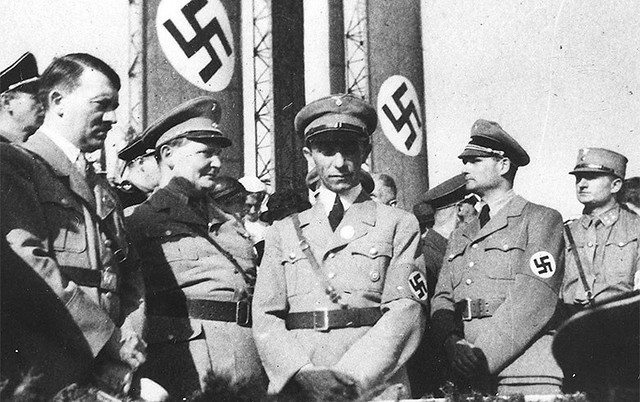 Mentira mil vezes repetida torna-se verdade, pregava Joseph Goebbels (centro), ministro da Propaganda de Hitler - Créditos: Wikimedia Commons