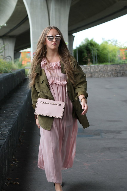 long-dress-and-parka-whole-outfit-walk-wiebkembg