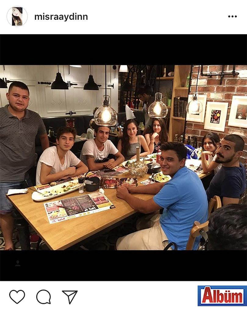 Mısra Aydın, arkadaşları ile birlikte akşam yemeği yiyerek keyifli bir akşam geçirdi.