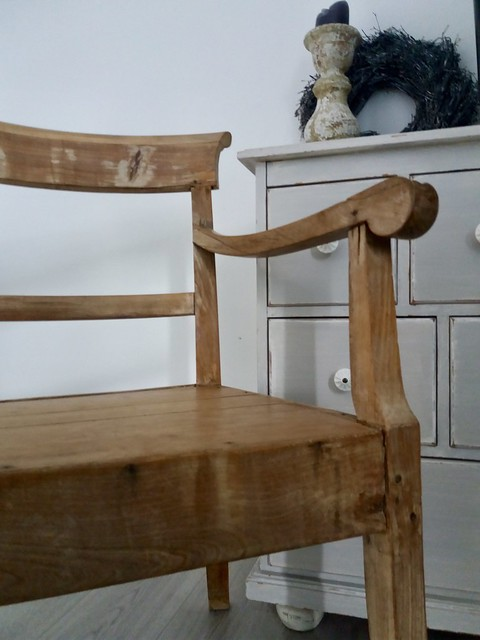 Houten stoel kastje kandelaar krans