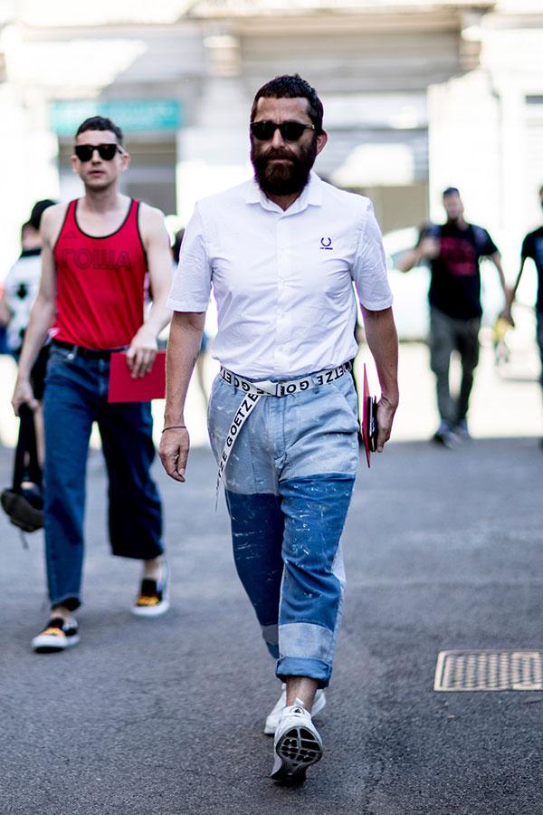 白半袖シャツ×パッチワークデニムパンツ×白スニーカー