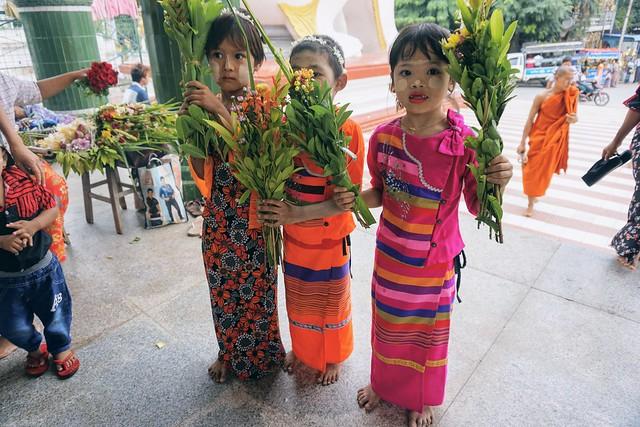 Burmese Children - Mahamuni Pagoda - Mandalay