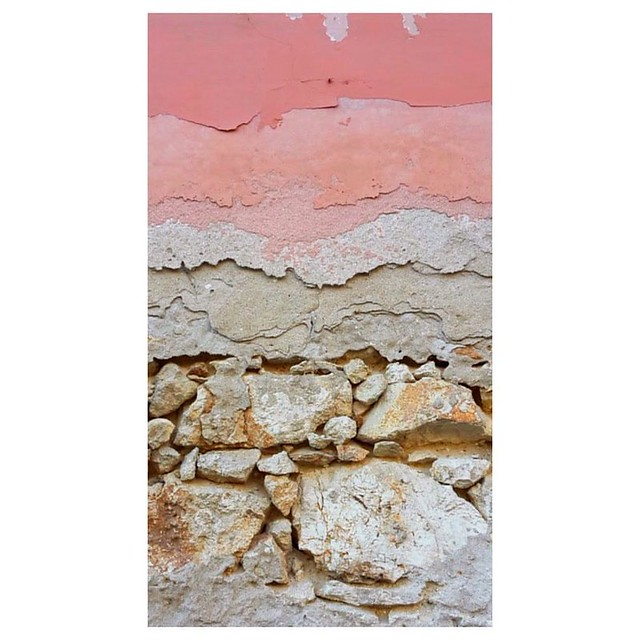 . #findingbeautyoutofshit #wallfilth #geology #stratesgeologiques #ig_italy #visititalia #syracuse #siracusa #urbandecay #details
