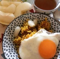 tuesday❤︎ #currygohan #sunnysideup #pear #puertea #rakkyo #カレーごはん #目玉焼き #梨 #らっきょ #プーアル茶 #大阪 #osaka