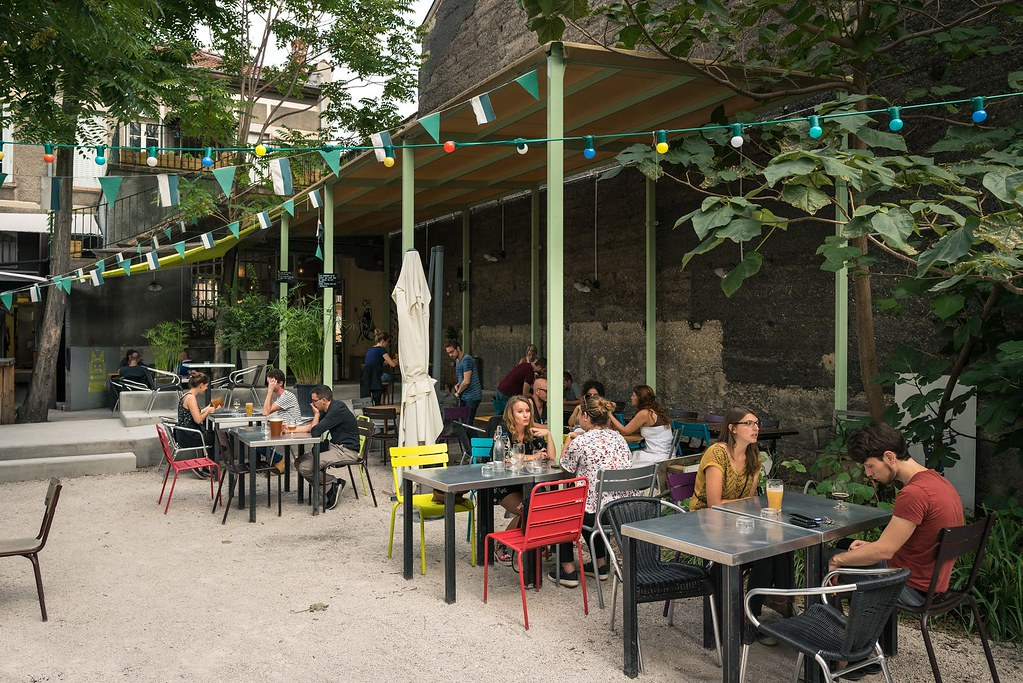 Un beau cadre pour une bonne bière : La cour du Bieristan à Lyon / Villeurbanne. Photo : Aurélien Audy.