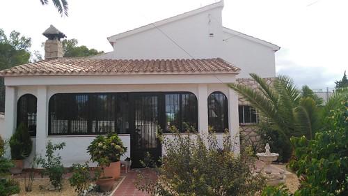 Chalet independiente en el Albir de unos 900 m2 de parcela y unos 120 m2 construidos. Pida más información en su agencia inmobiliaria Asegil de Benidorm  www.inmobiliariabenidorm.com
