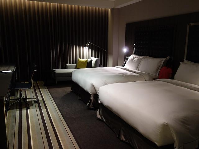 房間和 Hotel Dua 比起來不大,不過比一般的商旅寬敞多了@高雄喜達絲飯店
