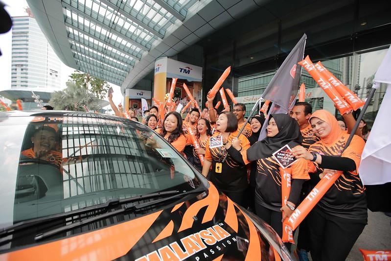 Izlin Launching 1 Million Team Malaysia Car Stickers Giveaway