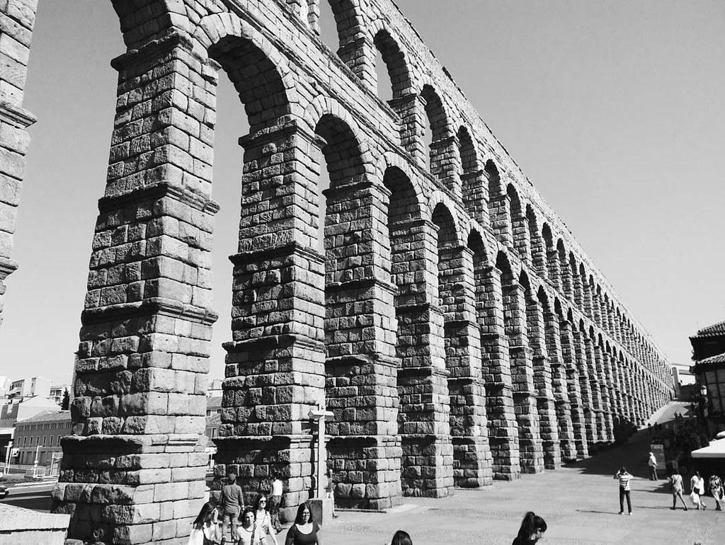 Grandes obras de ingeniería del pasado. #segovia #acueducto #summer2017 #vsco #phonephoto #photography #bw