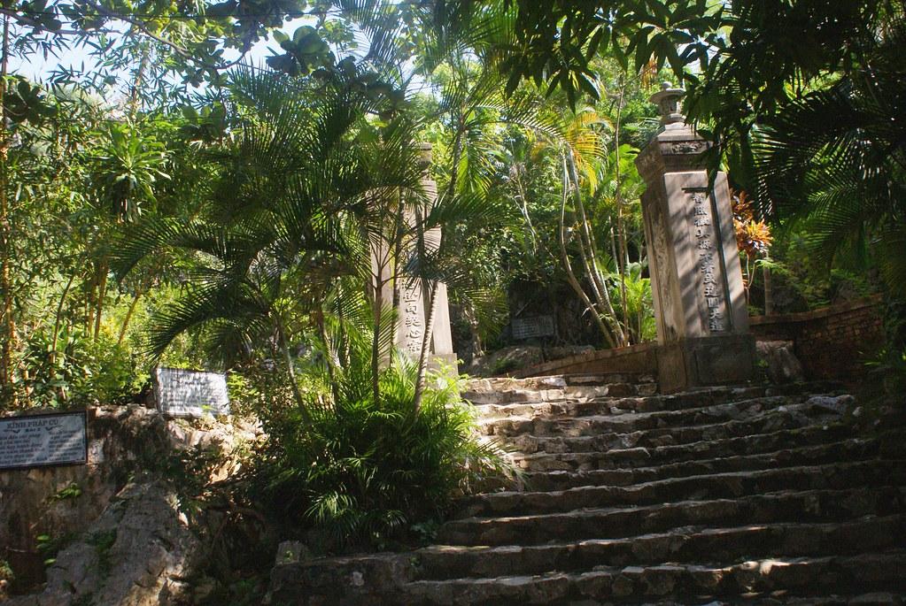 Escalier menant au sommet de la colline de l'eau (Montagne de marbre) au Vietnam.