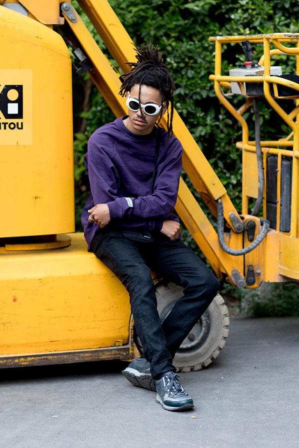 紫トレーナー×黒パンツ×LANVINスニーカー