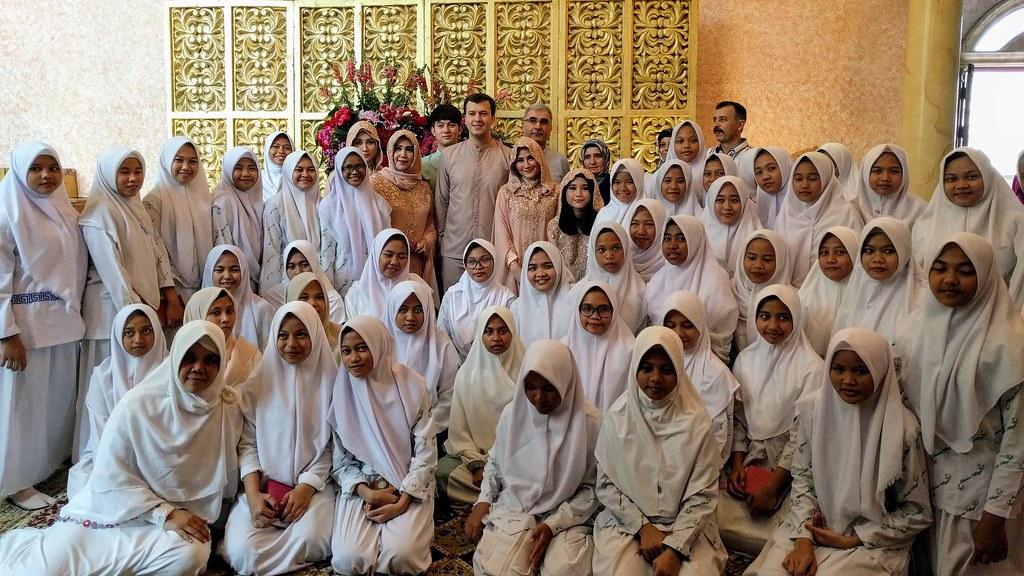 宗教儀式後與孤兒院女童合影