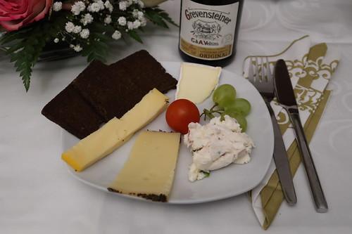 Kleiner Käseteller mit Pumpernickel