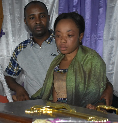 funeral_Manaka's wife and MM at coffin