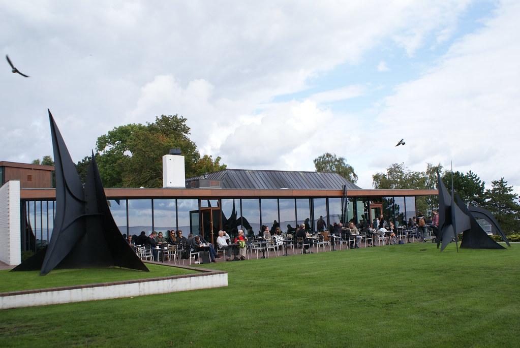 Terrasse du café du Musée d'art contemporain Louisiana près de Copenhague.