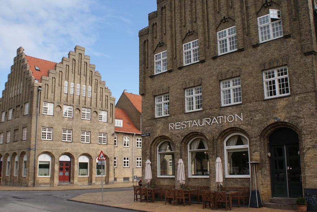 > Batiments devant l'église Grundtvig à Copenhague.