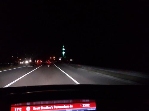Éjszakai út, világító zöld dzsámi