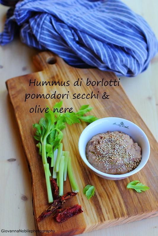 Hummus di borlotti freschi, pomodori secchi e olive nere